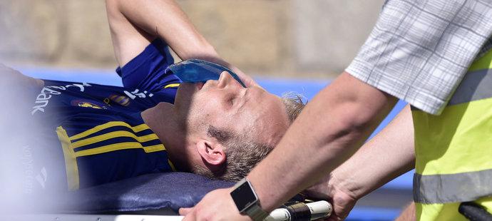 Pořadatelé odnášejí zraněného Lukáše Vaculíka z Jihlavy ze hřiště během duelu s Viktorií Plzeň.