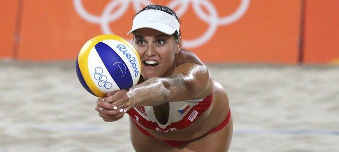 Barbora Hermannová skáče po míči ve druhém zápase olympijského turnaje