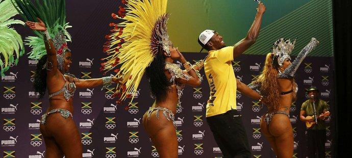 Usain Bolt si s chutí zatancoval sambu s místními kráskami a ještě se u toho stihl natáčet...