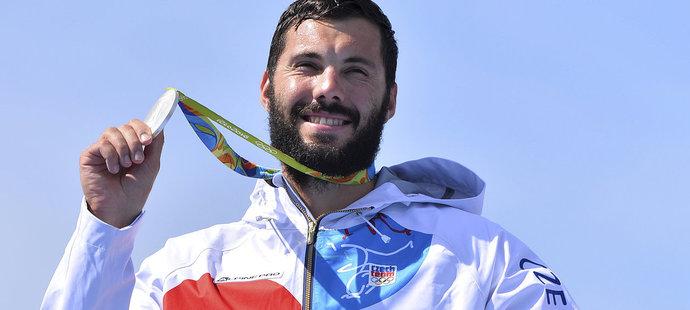 Kajakář Josef Dostál si hýčká svou stříbrnou medaili z kilometrové trati v Riu