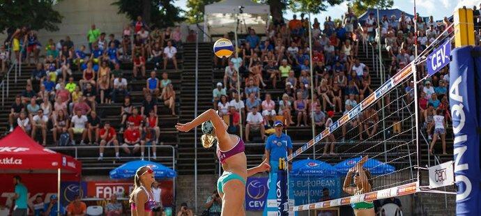 Na evropském šampionátu plážových volejbalistek v Brně se staly šampionkami Sára Štochlová a Martina Maixnerová