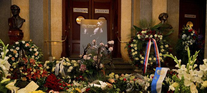Pietní místo na počest Věry Čáslavské v Národním divadle bylo obsypané věnci a květinami