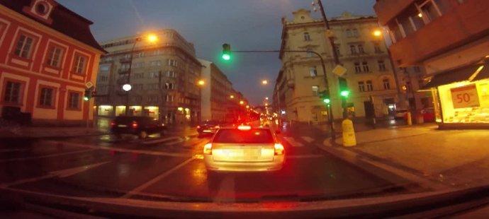 Mladý fotbalista Marek Koštíř si zadělal na problém. Opilý v autě ujížděl před hlídkou městské policie, při cestě centrem města naboural několik automobilů.