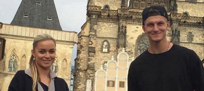 Necid s rodinkou v Praze na Staromáku. Od nohou mu určitě nebyla zima, hřály ho boty za 25 tisíc korun.