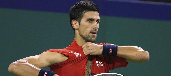Novak Djokovič na sobě rozerval i triko