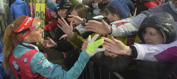 Gabriela Koukalová se raduje společně s fanoušky
