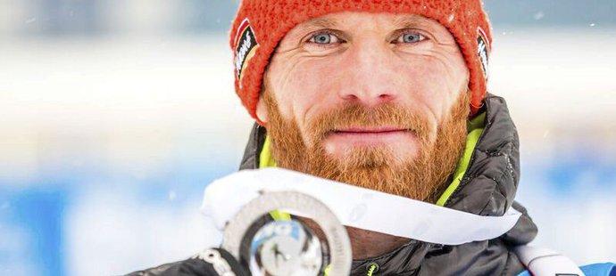 Český biatlonista Michal Šlesingr se raduje ze zisku stříbrné medaile na Světovém poháru v Oberhofu