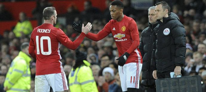 Kapitán Manchesteru United Wayne Rooney pouští v utkání s Hullem na hřiště Anthony Martiala