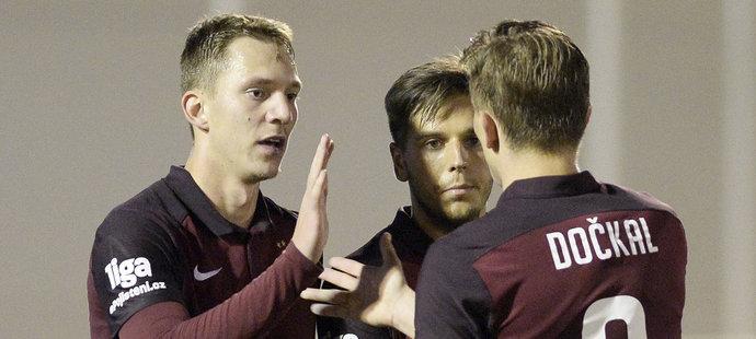 Fotbalisté Sparty slaví gól do sítě Zenitu Petrohrad