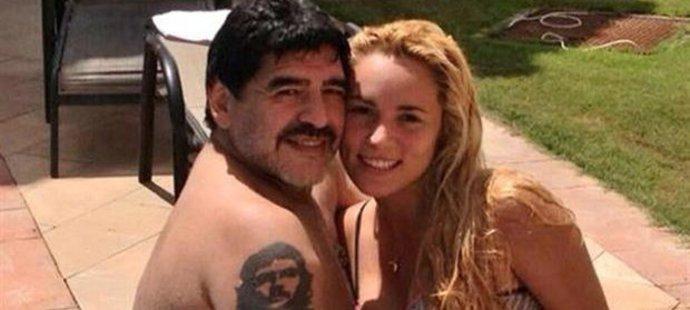 Tváří se jako zamilovaný pár. Diego ale dokáže svou snoubenku i uhodit.
