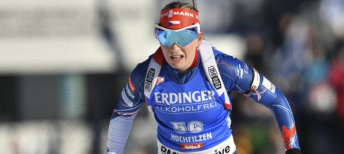 Lucie Charvátová na trati sprintu žen na MS v Hochfilzenu