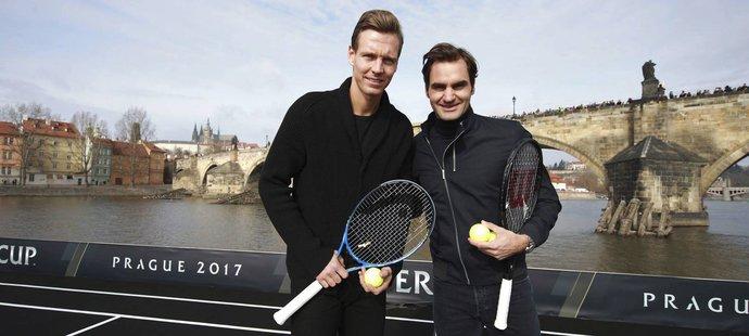 Tomáš Berdych s Rogerem Federerem na lodi pod Karlovým mostem