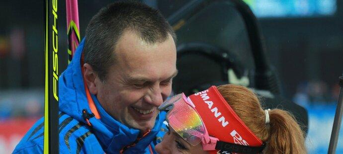 Šéf českého biatlonu Jiří Hamza oslavuje s Gabrielou Koukalovou