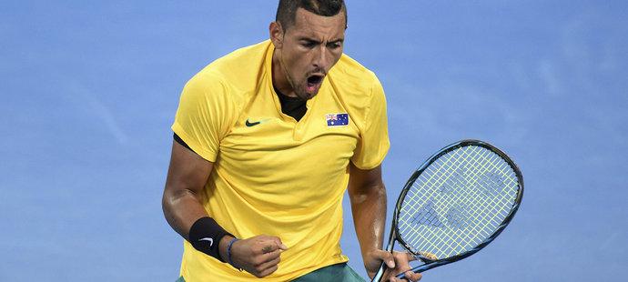Nick Kyrgios se raduje ve čtvrtfinále Davis Cupu v zápase proti Johnu Isnerovi z USA