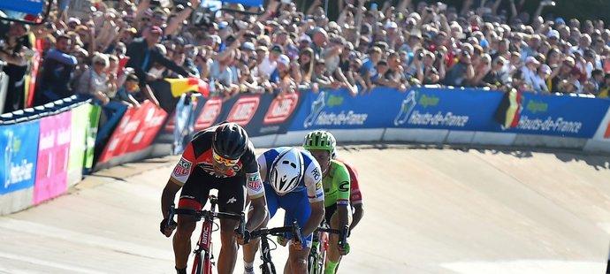 Zdeněk Štybar vedl ještě 50 metrů před cílem klasiky Paříž-Roubaix, pak ho ale přespurtoval Greg van Avermaet
