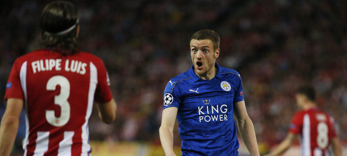 Jamie Vardy z Leicesteru debatuje s obráncem Atlétika Filipe Luisem