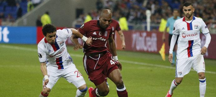 Ryan Babel uniká obráncům Lyonu