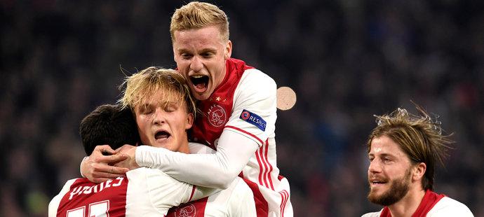 Hráči Ajaxu slaví výhru nad Schalke