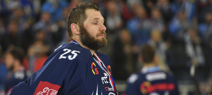 Brankář Liberce Ján Lašák se po čtvrtém prohraném finále neubránil frustraci