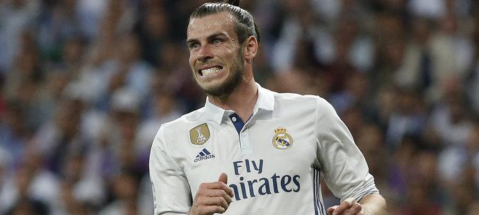 Záložník Realu Madrid Gareth Bale musel v první půli El Clásika střídat