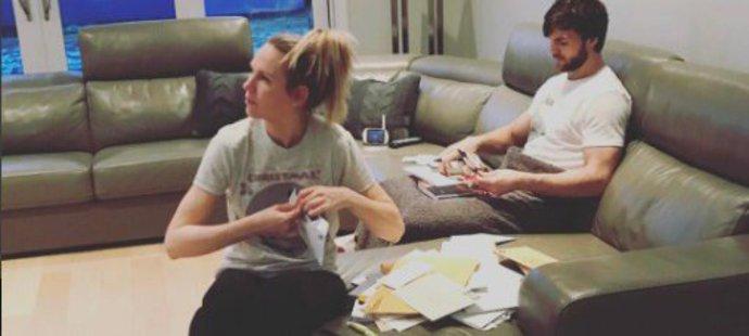 Partnerka Michaela Frolíka prozradila, jak vypadá romantický večer v domě hvězdy Calgary: Podepisují se hokejové kartičky