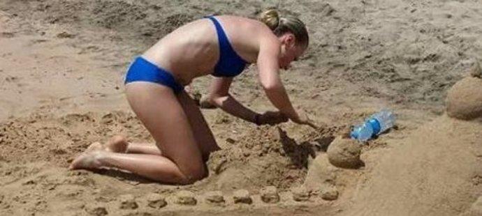 Eva Puskarčíková se na dovolené vrátila do dětství a stavěla hrady z písku.