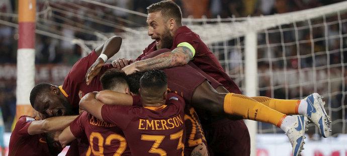 Fotbalisté AS Řím se radují z branky
