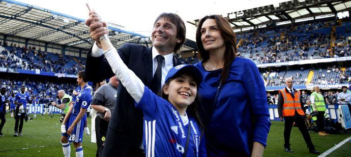 Trenér Chelsea Antonio Conte slavil titul s manželkou  Elisabettou Muscarello a dcerou Vittorií