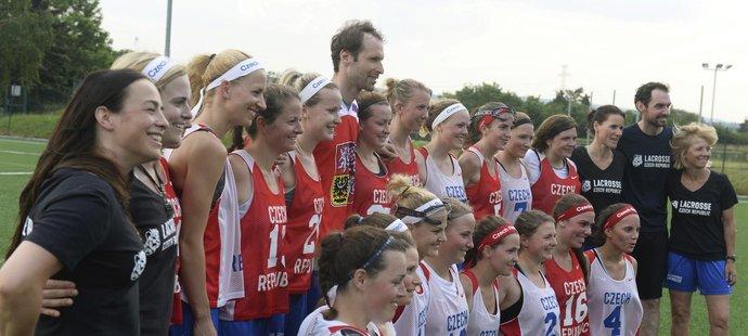 Nebýt fotbalového brankáře Petra Čecha, možná by česká reprezentace žen v lakrosu nemohla jet na červencové mistrovství světa do Anglie.
