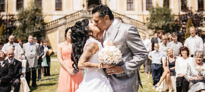 První novomanželský polibek, pak pláč. Tak probíhala svatba Vladimíra Růžičky a jeho ženy Marie.