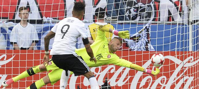 Brankář Lukáš Zima zasahuje proti penaltě Davieho Selkeho