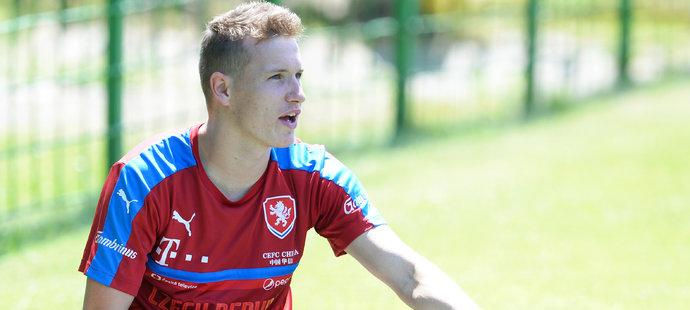 Den po prvním zápase na EURO jednadvacítek se na tréninku protahoval český záložník Jakub Jankto