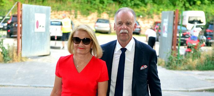 Svazový šéftrenér Slavomír Lener přichází s manželkou na vyhlášení Zlaté hokejky