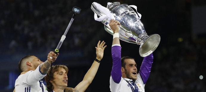 Takhle se na začátku června Gareth Bale (s pohárem) radoval z vítězství v Lize mistrů. Pokud však přijde Mbappé, bude hlavním kandidátem na odchod z klubu