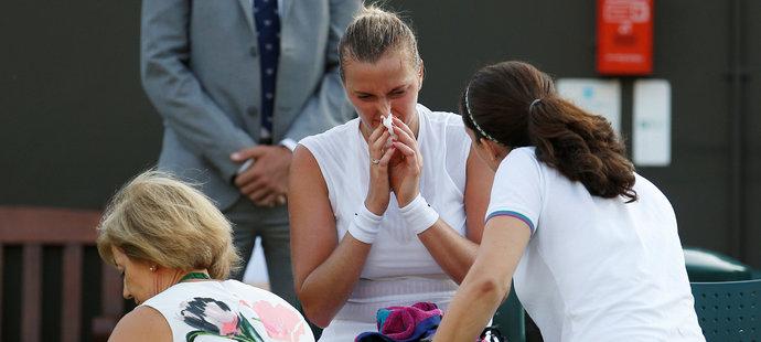 Petra Kvitová se v závěru zápasu nechala ošetřit, doktorky jí na kurtu měřily i tlak