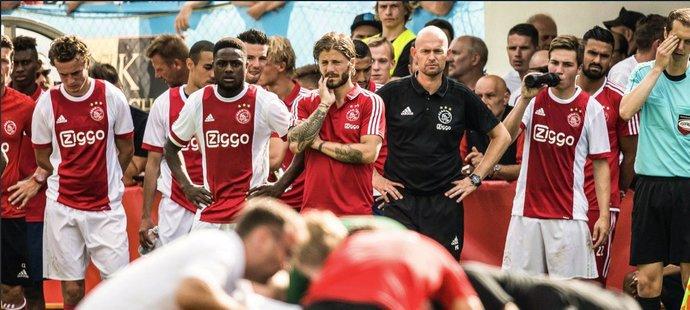 Lékaři poskytují mladému záložníkovi Ajaxu první pomoc
