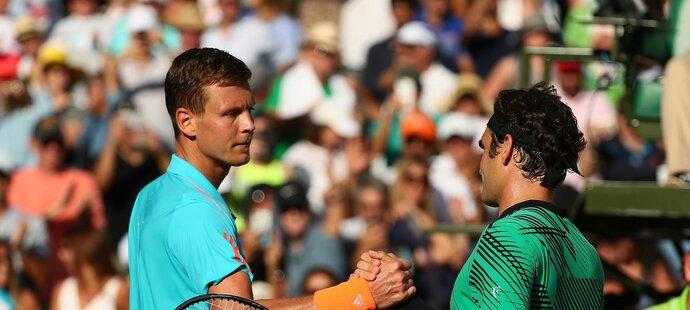 Tomáš Berdych gratuluje Rogeru Federerovi k postupu na turnaji v Miami