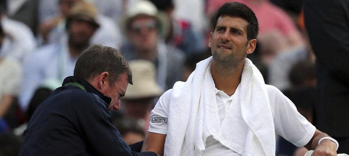 Srbský tenista Novak Djokovič bojoval na turnaji ve Wimbledonu s bolestí v lokti