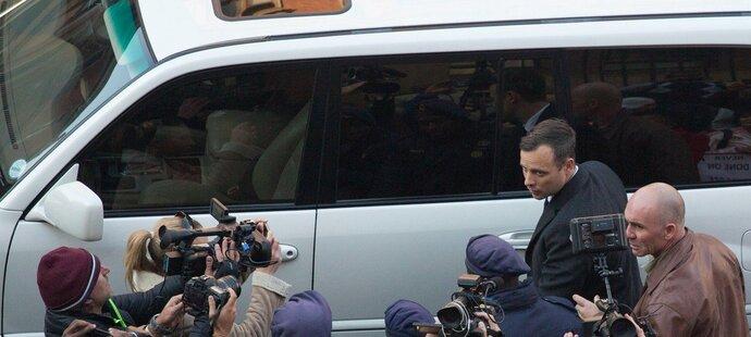 Oscar Pistorius v obležení novinářů před soudním stáním