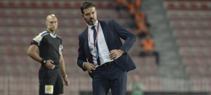 Andrea Stramaccioni odkopává míč v zápase Sparty se Slováckem