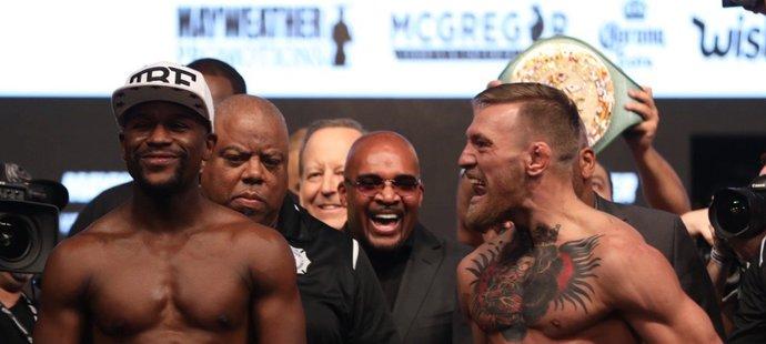 Conor McGregor se na vážení pustil do Floyda Mayweathera