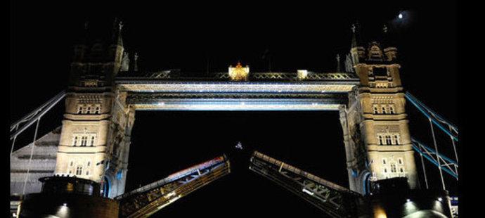 Robbie Maddison skáče přes londýnský Tower Bridge