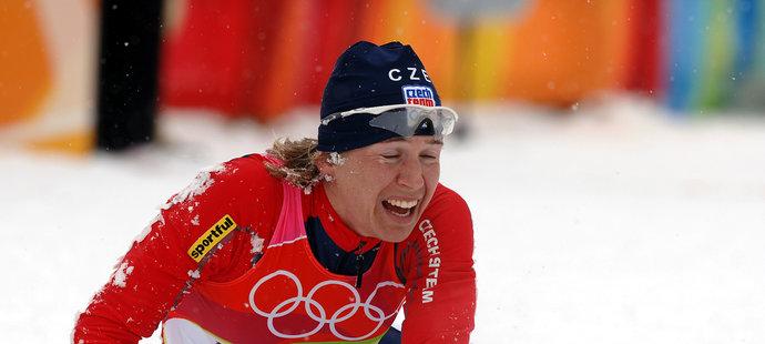 Kateřina Neumannová v euforii poté, co si dojela pro svou jedinou zlatou olympijskou medaili...