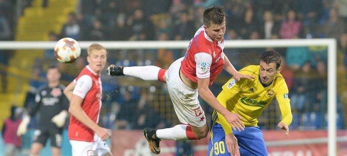 Sobol a Vukadinovič v souboji o míč