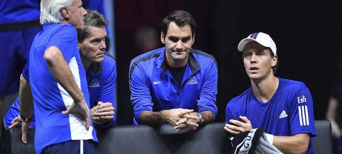 Roger Federer se snaží poradit Tomáši Berdychovi