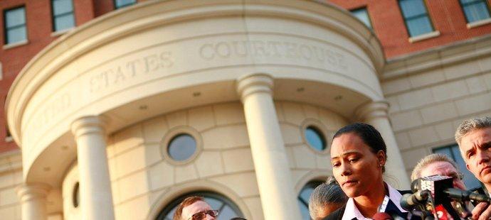 Marion Jonesová před soudní budovou