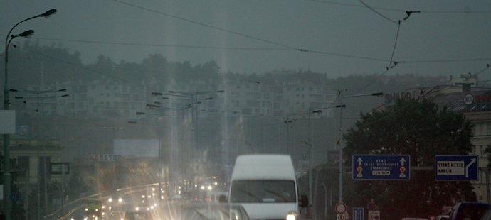 Silný déšť zasáhl Prahu ve středu dopoledne kolem půl deváté ráno.
