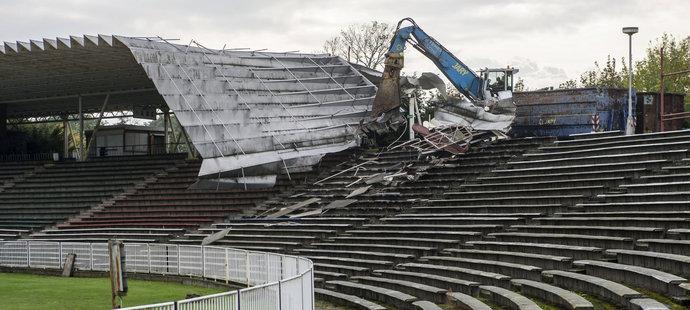 Tak konečně! Hradec začal s demolicí stadionu kvůli aréně za půl miliardy