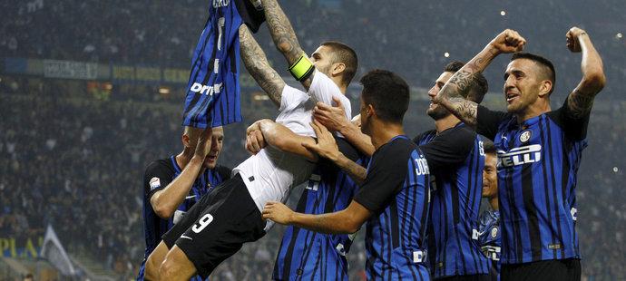 Icardi zničil v derby hattrickem AC Milán, slaví i Neapol. Udine s Čechy padlo
