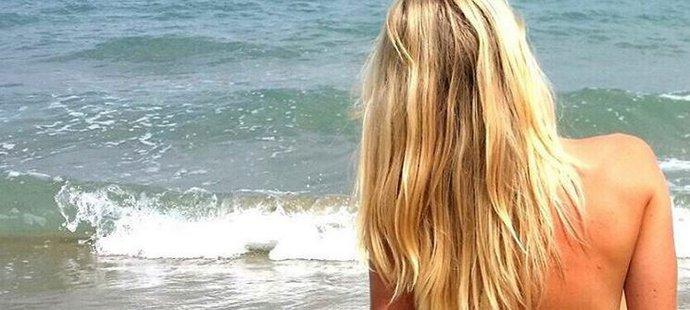 Eva se nebojí na dovolené odhodit nejen kombinézu, ale i vrchní díl plavek